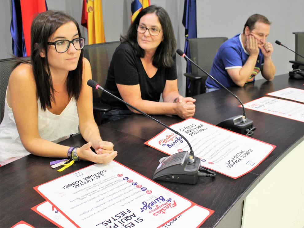 Los concejales de Binéfar durante la presentación de la campaña.