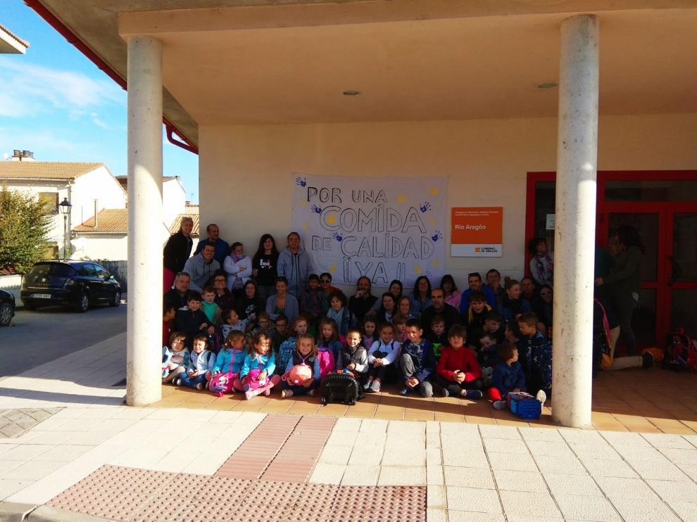 Movilización en el colegio de Santa Cilia para reclamar una gestión directa del servicio de comedor.