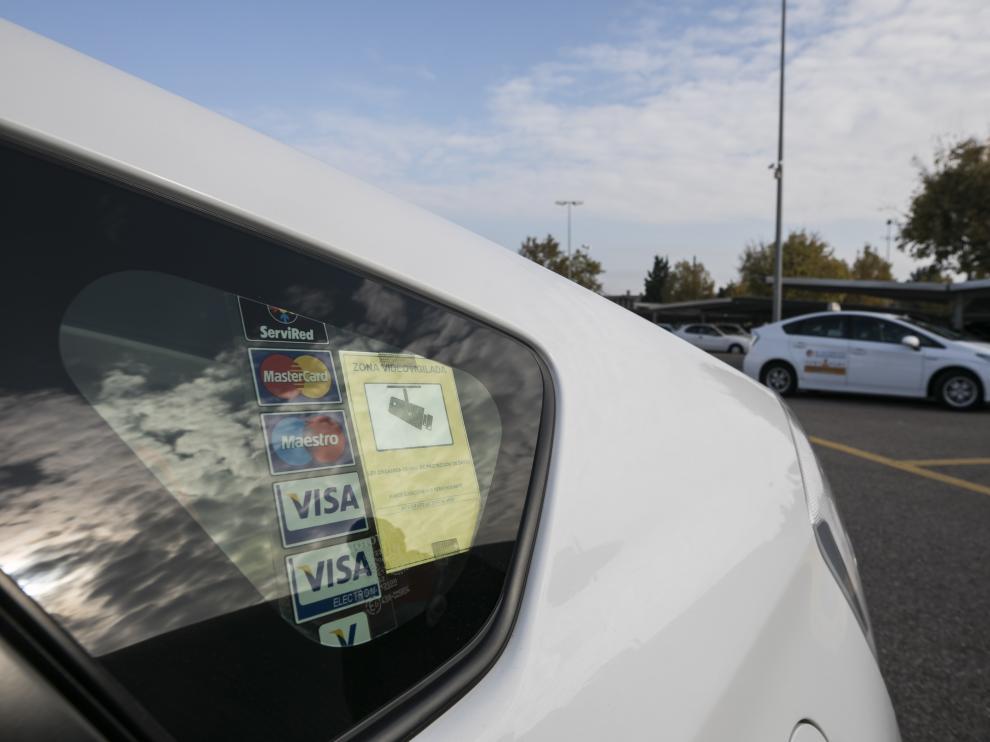 Cooperativa del taxi. el primer taxista de Zaragoza que va a llevar un desfibrilador en el coche y con el que se lo ha puesto y zona videovigilada / 16-11-2018 / FOTO: GUILLERMO MESTRE [[[FOTOGRAFOS]]]
