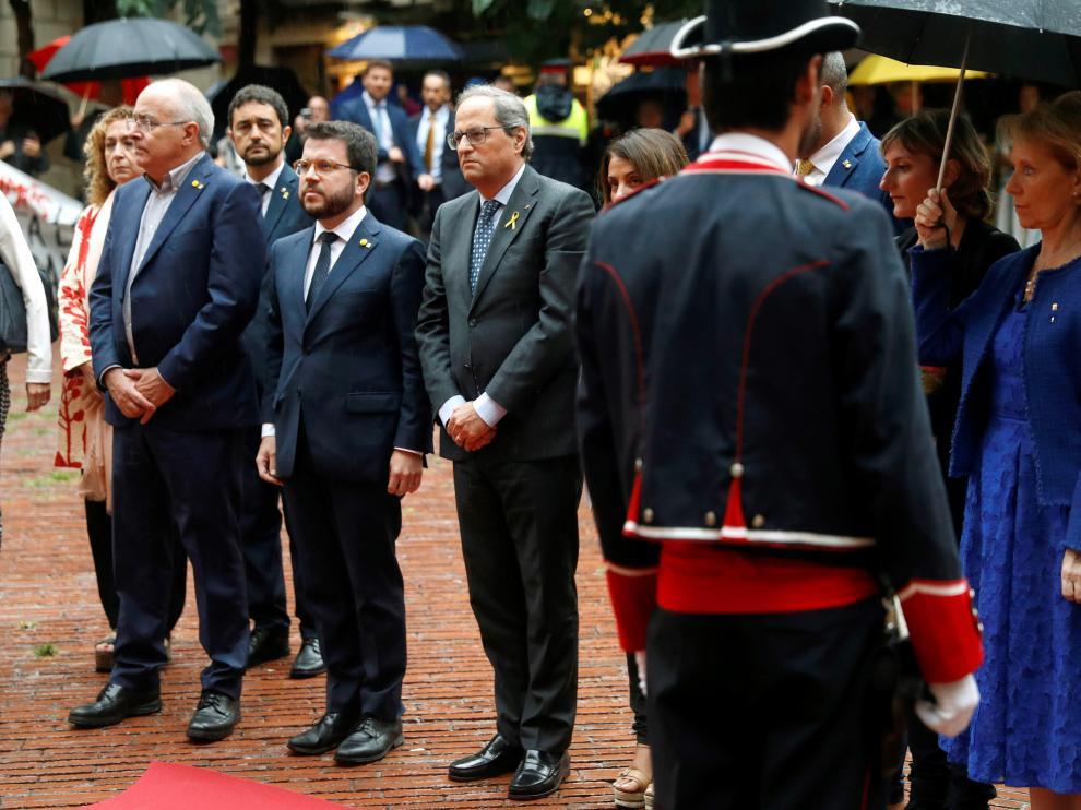 El presidente de la Generalitat, Quim Torra (c), junto al el vicepresidente del Govern i conseller de Economía, Pere Aragonès (2i), y el resto de los consellers del Govern, realizan una ofrenda floral en el Fossar de les Moreres, este martes en Barcelona