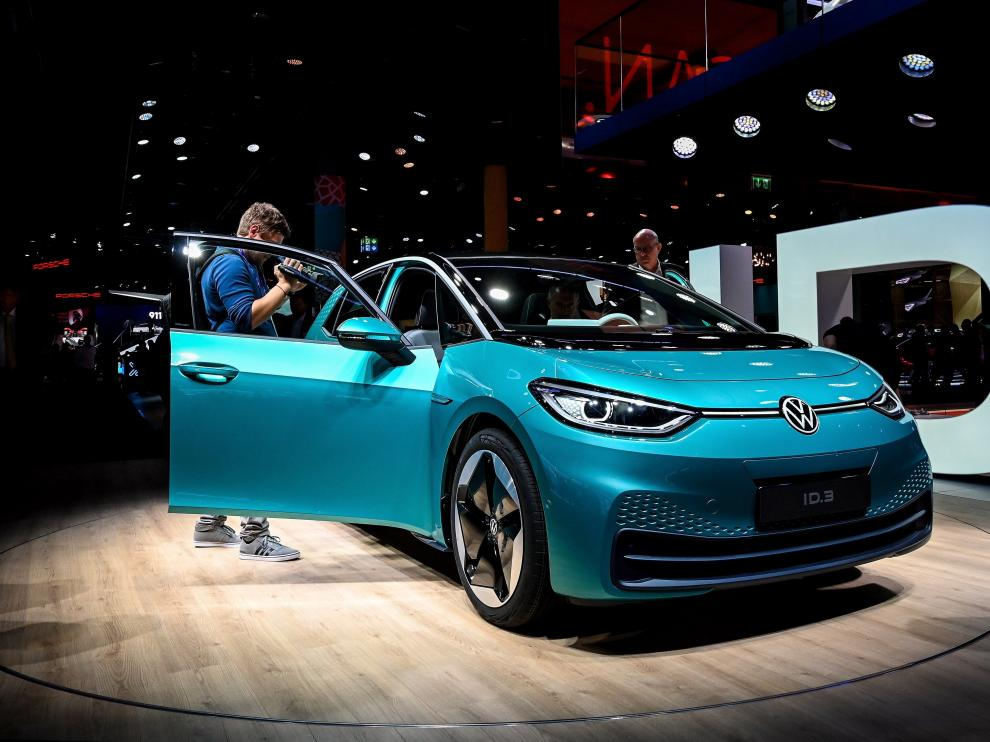Frankfurt Main (Germany), 10/09/2019.- The new VW Volkswagen electric car ID.3 on display at the first press preview day of the International Motor Show IAA in Frankfurt, Germany, 10 September 2019. The 2019 International Motor Show Germany IAA 2019, which this year promotes itself under the motto 'Driving tomorrow', takes place in Frankfurt am Main from 12 to 22 September 2019. The IAA 2019 will also feature numerous world premieres, and has a special focus on electric mobility and digitization. (Alemania) EFE/EPA/SASCHA STEINBACH IAA 2019 - International Motor Show
