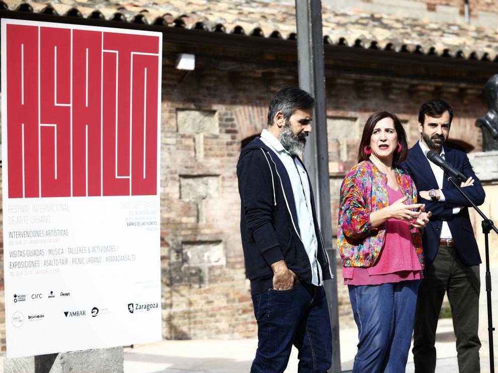 La vicealcaldesa Sara Fernández, junto a Luis García, de la organización de Asalto (a la izquierda) y David Lozano, director gerente de Zaragoza Cultural, en la presentación del festival.