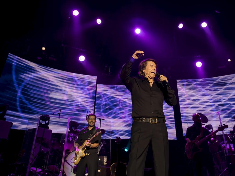 Raphael, durante el concierto que ofreció el año pasado en el pabellón Príncipe Felipe de Zaragoza.