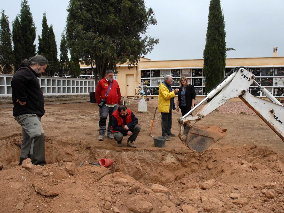Trabajos de excavación en la fosa del cementerio de Alcañiz.