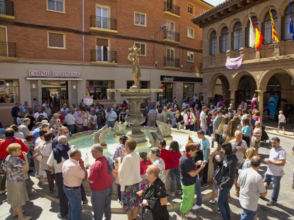 Decenas de cariñenenses se han reunido en la plaza Mayor para divertirse en el chupinazo.
