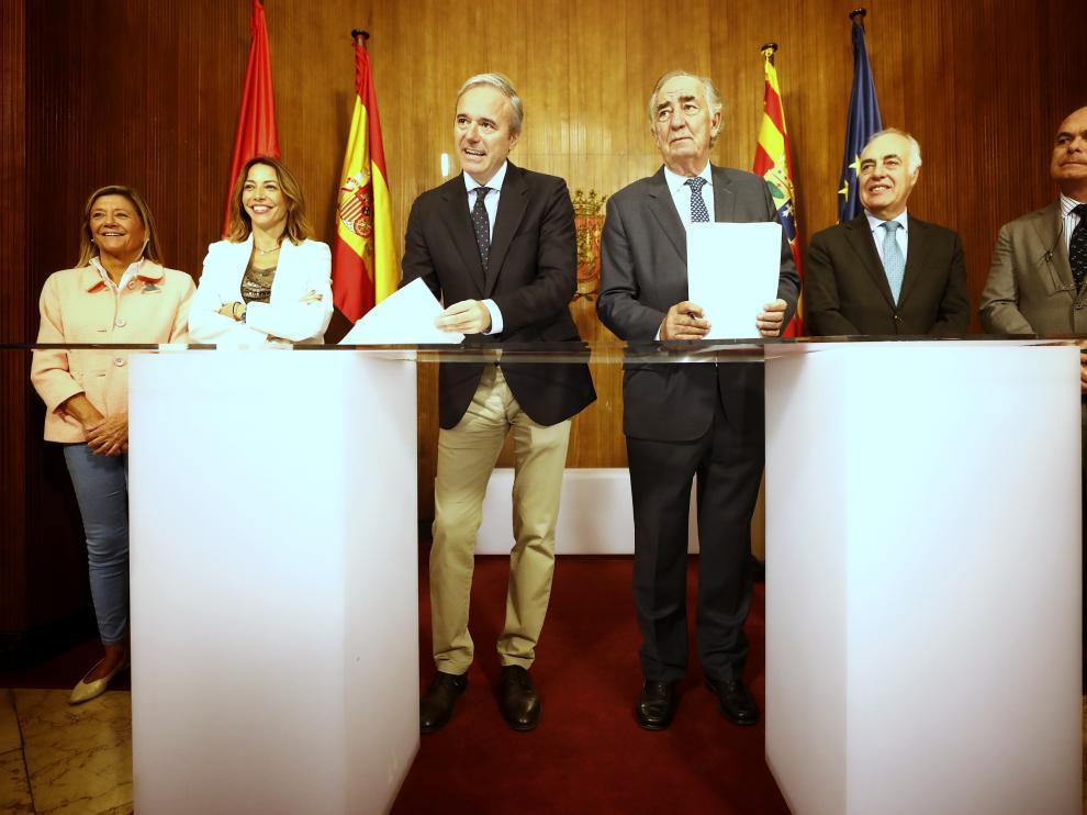El alcalde de Zaragoza, Jorge Azcón, y el presidente de Fundación Ibercaja, Amado Franco, han firmado este jueves un acuerdo sobre Mobility City.
