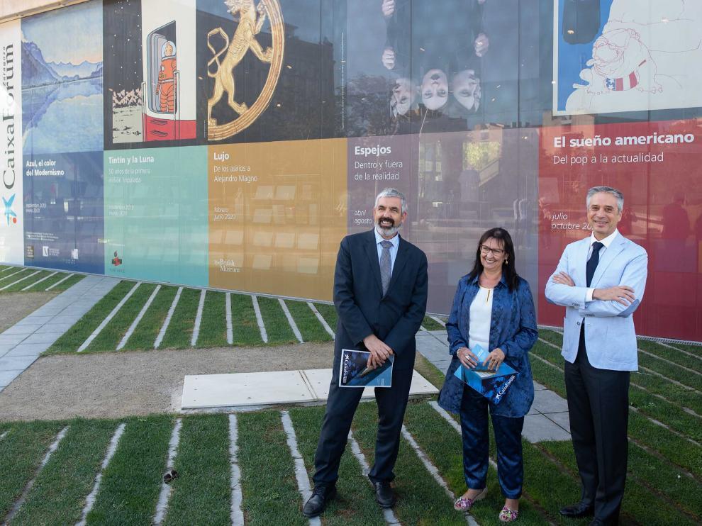 Ignasi Miró, Elisa Durán y Ricardo Alfós, ayer, en el exterior de Caixaforum Zaragoza.