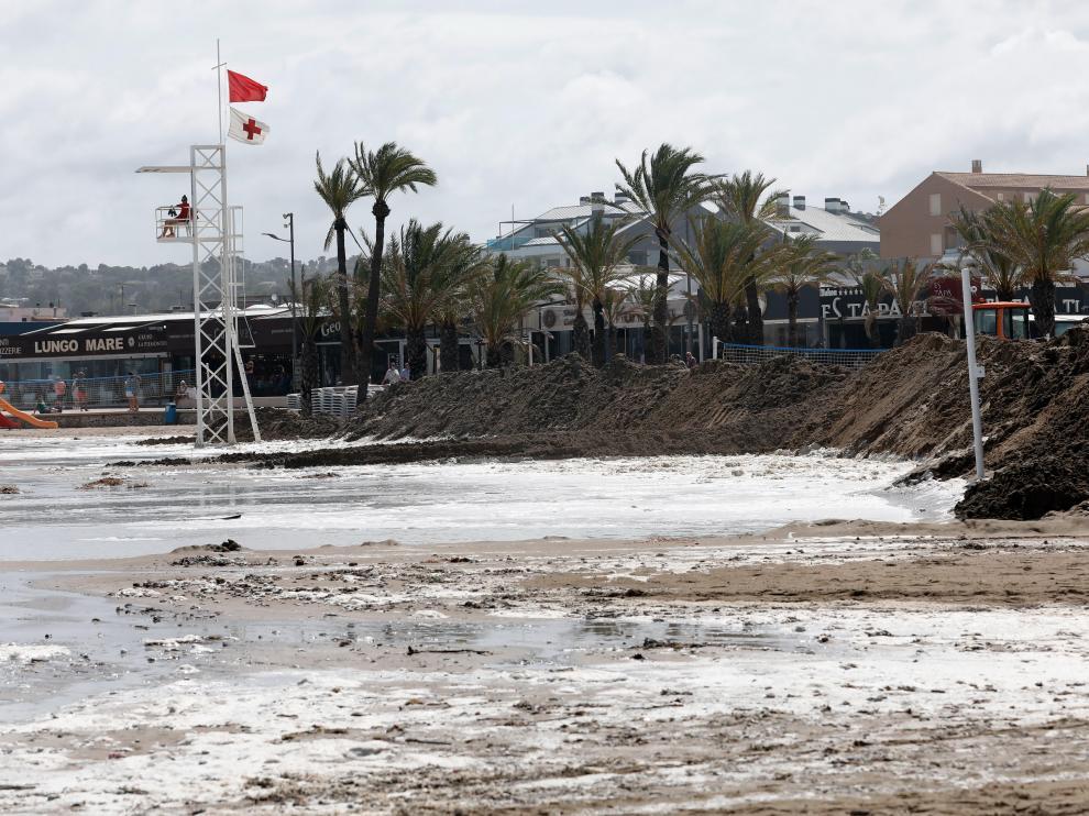 Imagen del muro de arena levantado en la playa del Arenal de Jávea