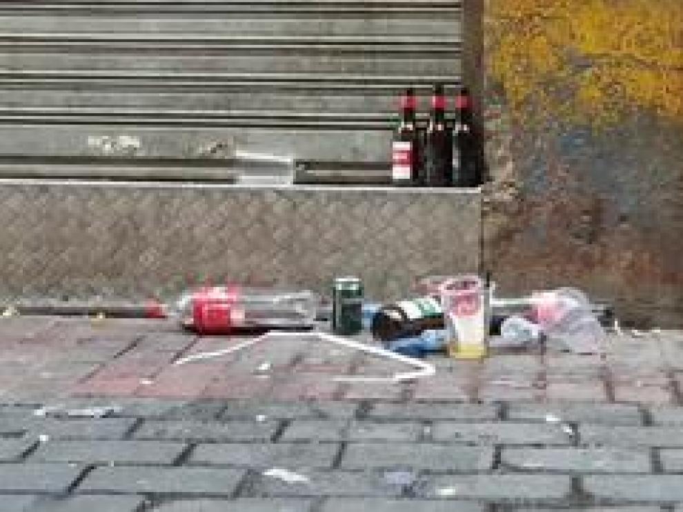 Botellas, latas, vasos de plástico dan los 'buenos días' a los vecinos del Casco Viejo, en calle a apenas 5 minutos de la plaza del Pilar.