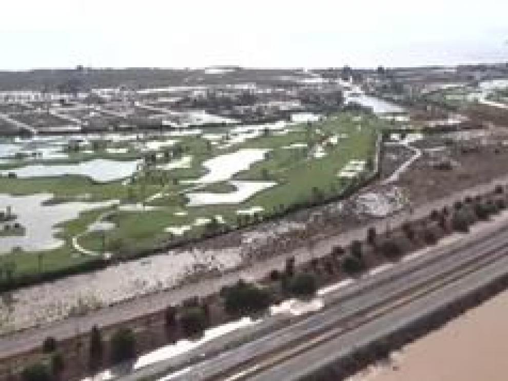 El desbordamiento del río Segura en varios puntos de la región ha anegado campos y poblaciones