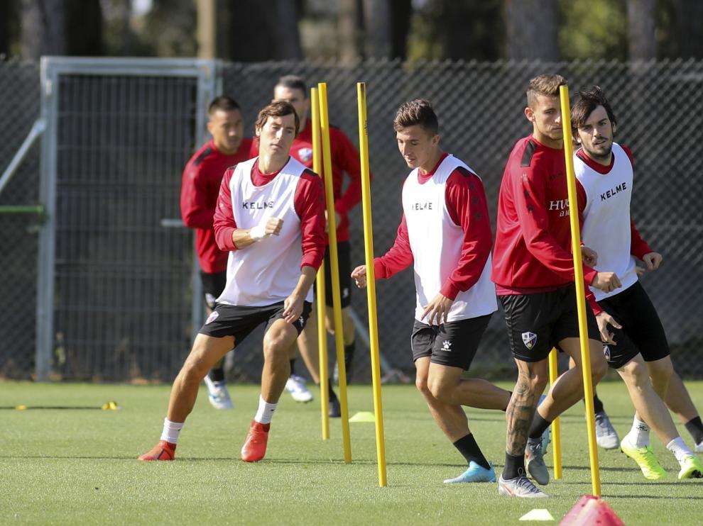 Varios jugadores de la SD Huesca, durante un entrenamiento de esta semana.