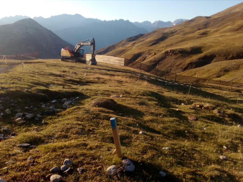 Una máquina excavadora trabaja desde este viernes en la apertura de la pista.