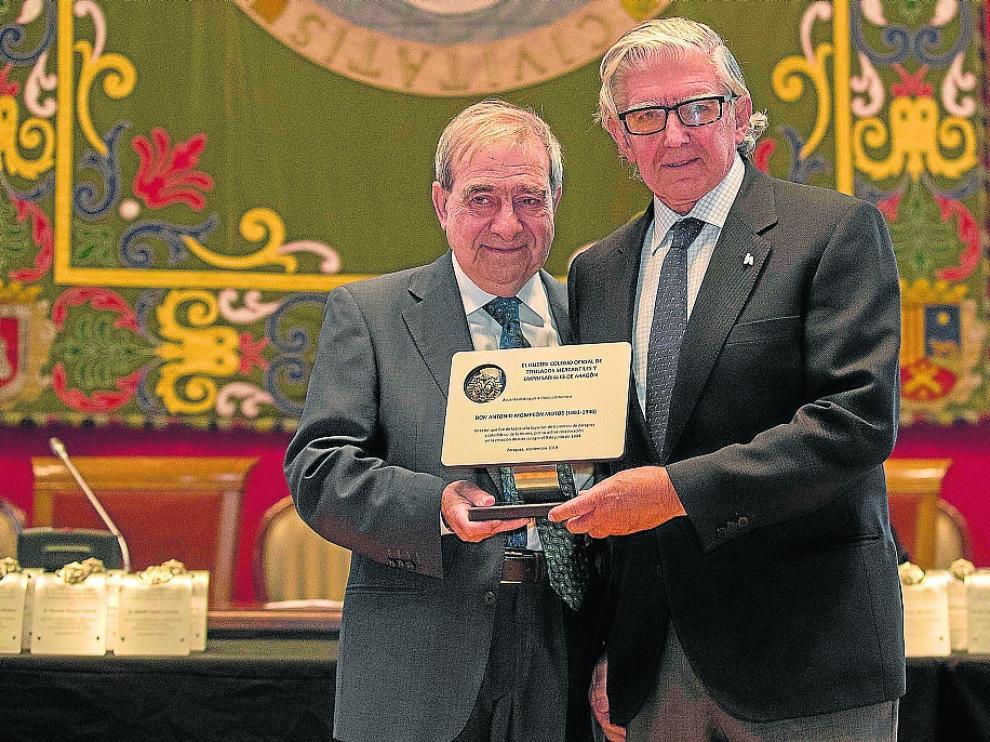 Fernando de Yarza Mompeón recibió de Antonio Envid la placa de reconocimiento a su abuelo
