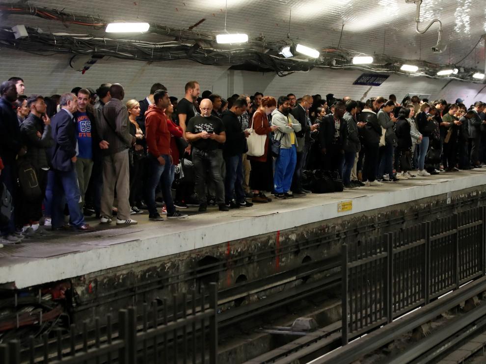 Gente esperando el metro en una estación de París este viernes