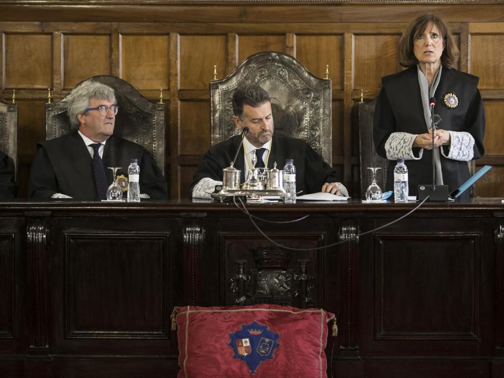La magistrada María José Hernández, durante su toma de posesión presidida por Manuel Bellido (a su derecha), y en presencia del magistrado Juan Carlos Zapata.