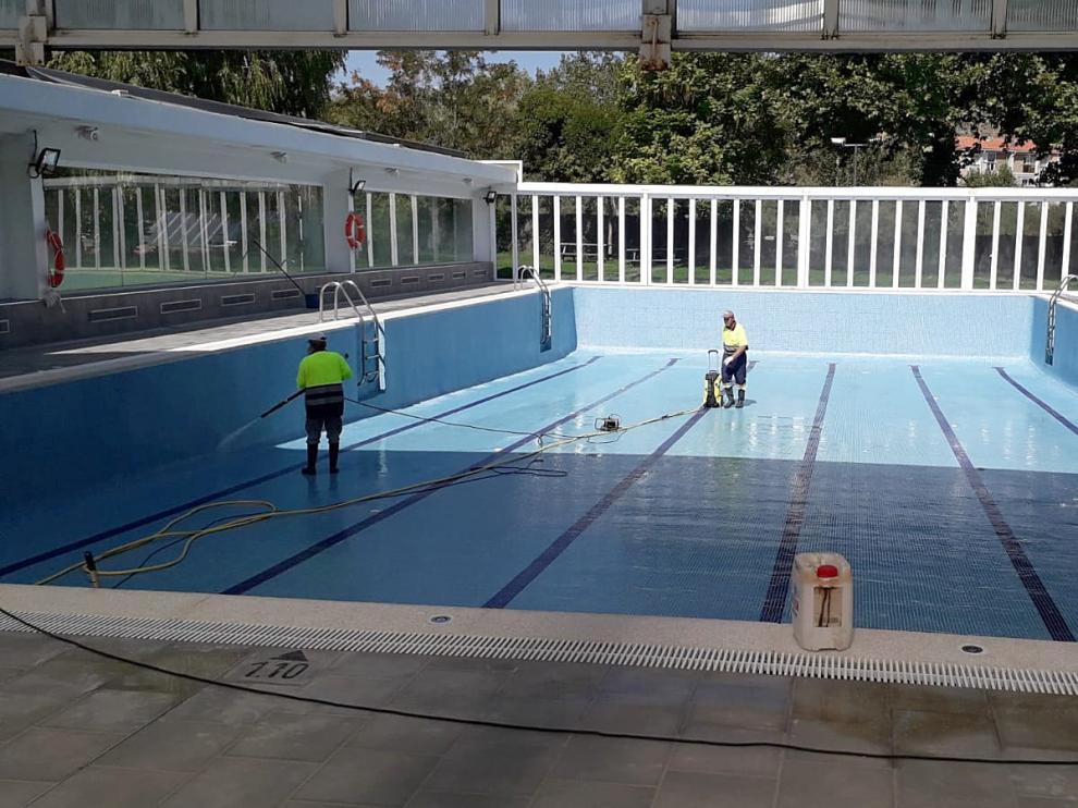 Operarios preparan la piscina climatizada para su inminente apertura