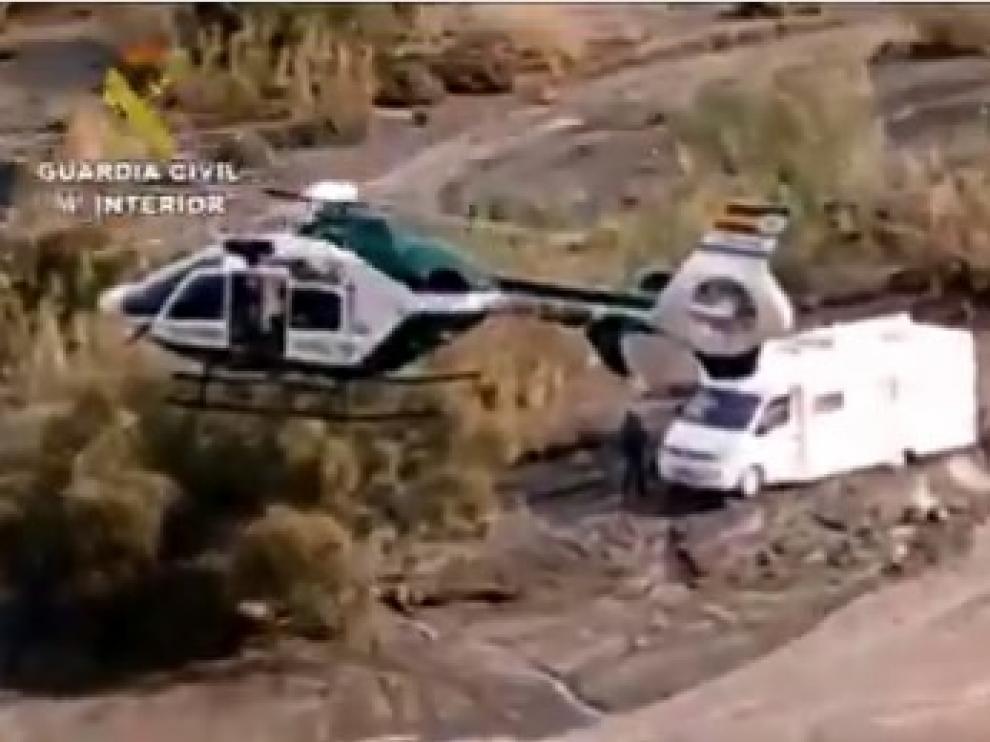 Rescatan en helicóptero a una pareja y a un perro de una caravana rodeada por agua en Tabernas (Almería)
