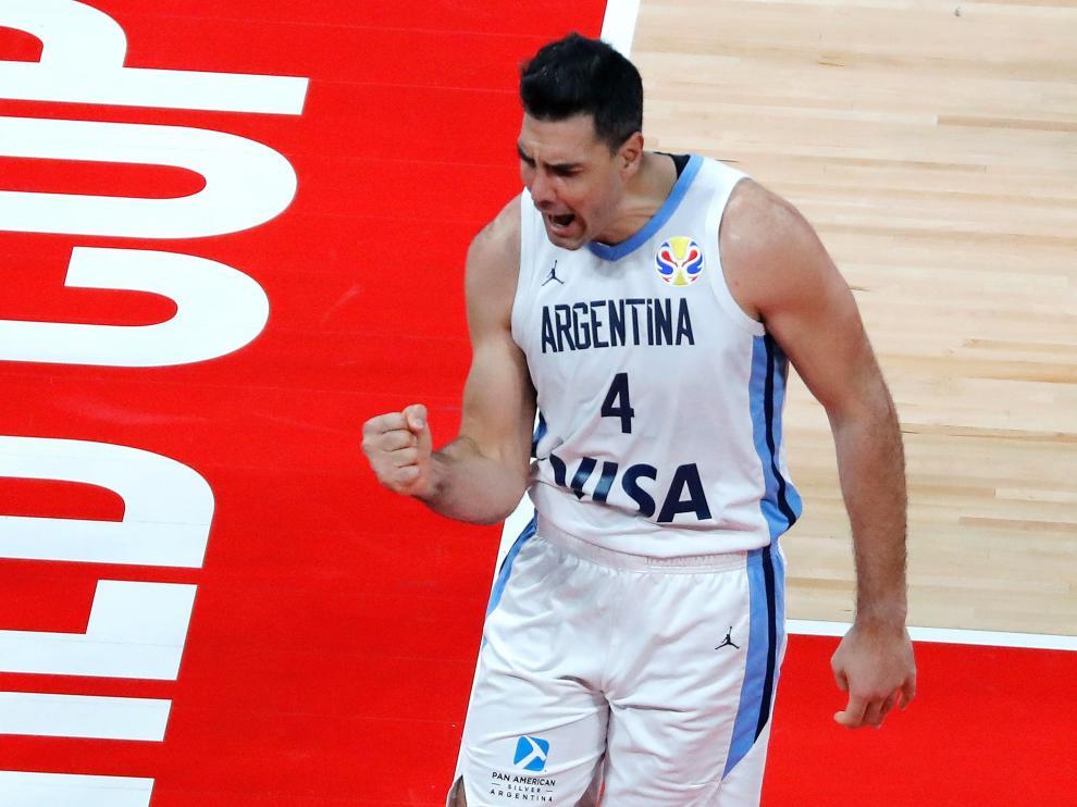 Scola celebra una canasta en la semifinal Argentina-Francia.