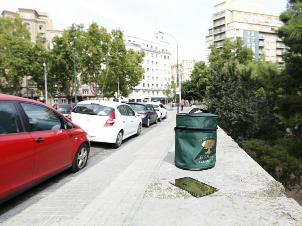 Aparece una urna funeraria abandonada en el centro de Zaragoza.