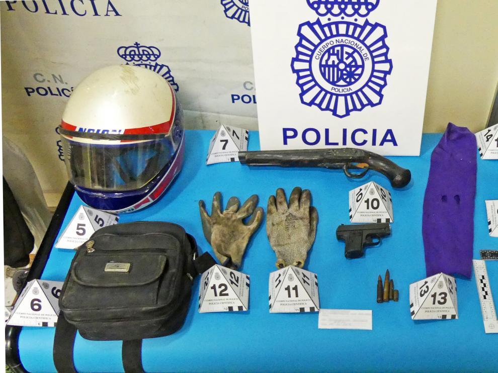 La Policía encontró en poder de los atracadores los cascos de moto y la escopeta recortada que usaron en el asalto a la gasolinera.