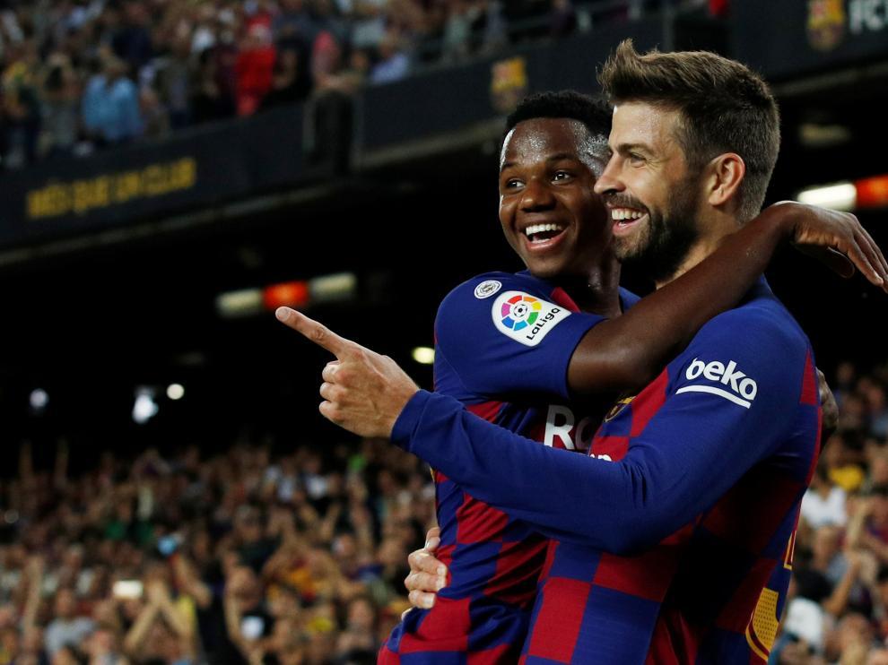 Ansu Fati celebra un gol con Gerard Piqué