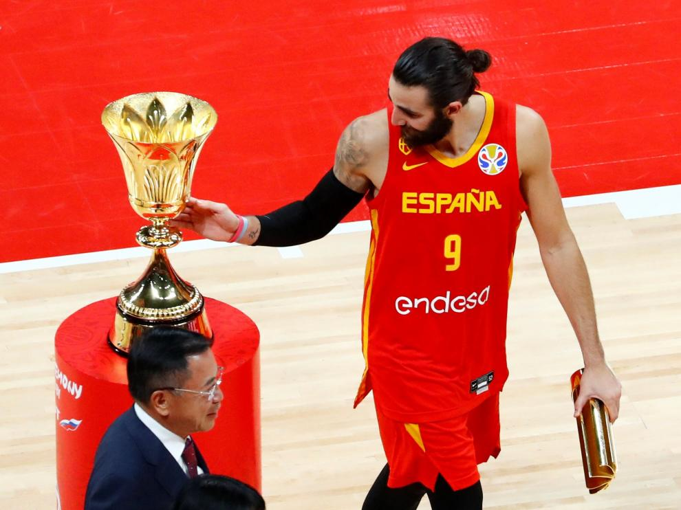 Basketball - FIBA World Cup - Final - Argentina v Spain - Wukesong Sport Arena, Beijing, China - September 15, 2019 Spain's Ricky Rubio next to the FIBA World Cup trophy REUTERS/Thomas Peter [[[REUTERS VOCENTO]]] BASKETBALL-WORLDCUP-ARG-ESP/