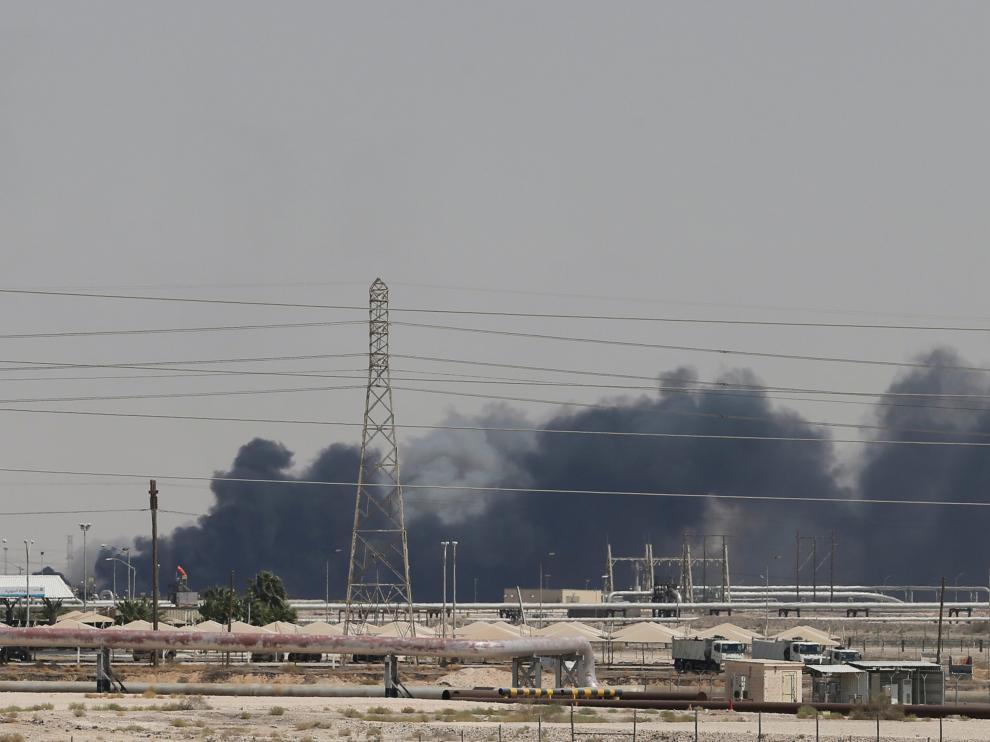 Columna de humo negro tras el ataque