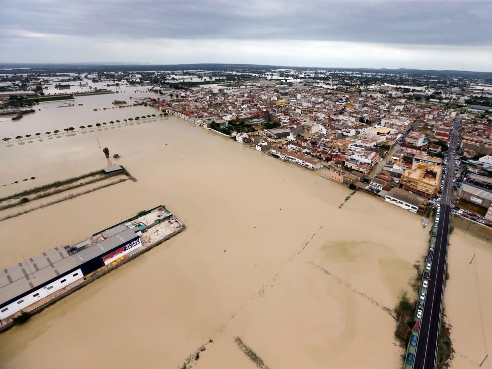 Inundaciones por la gota fría en La Vega Baja (Alicante), donde la UME ha rescatado a 450 personas.
