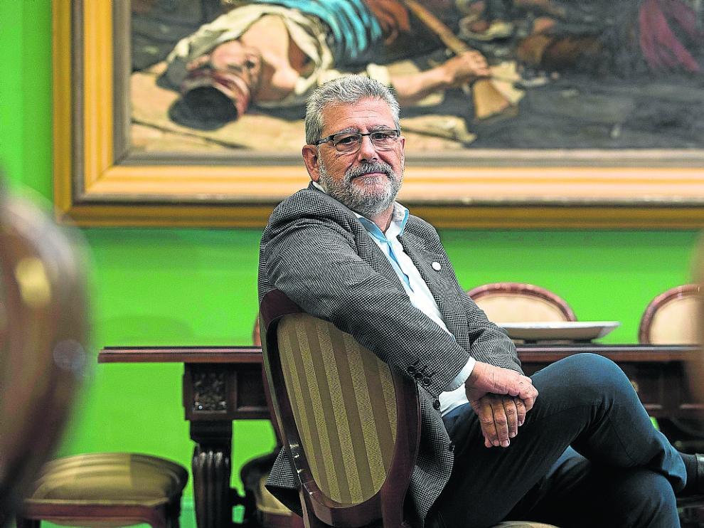 El rector de la Universidad de Zaragoza, José Antonio Mayoral, posa en su despacho del Paraninfo.