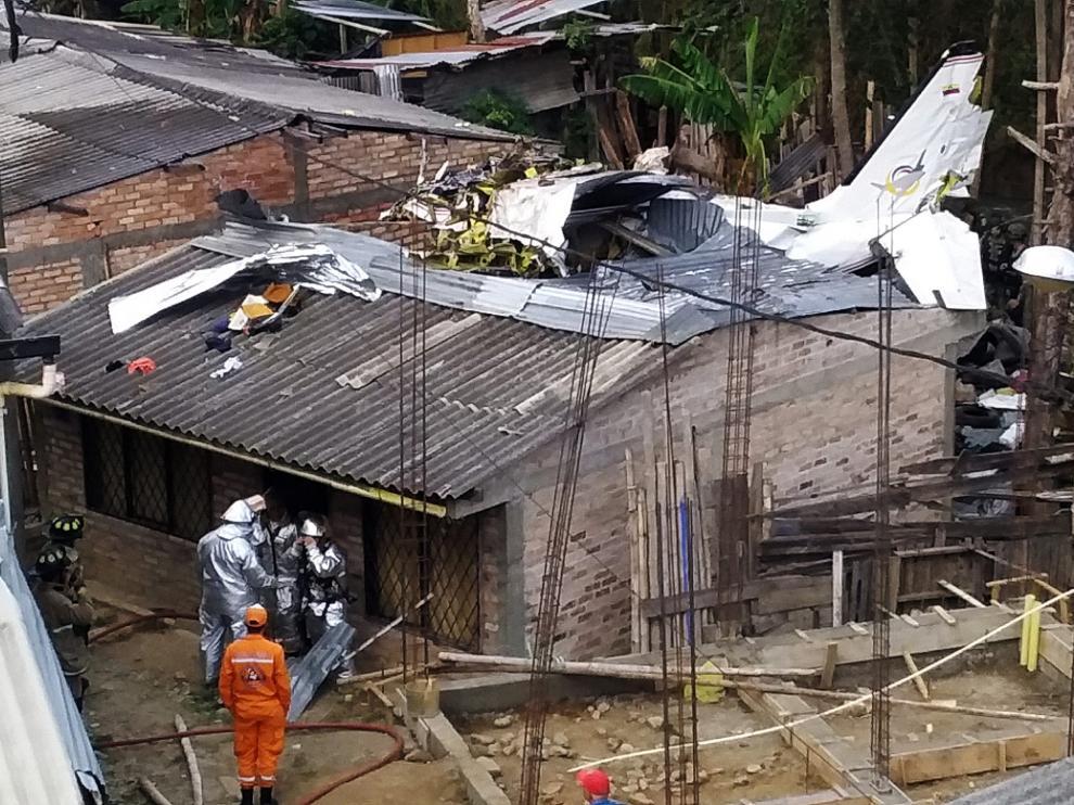Restos de la aeronave sobre el tejado de varias viviendas