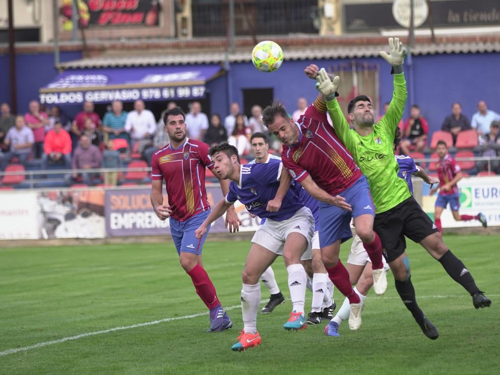 Un lance del partido entre el Teruel y Valdefierro.