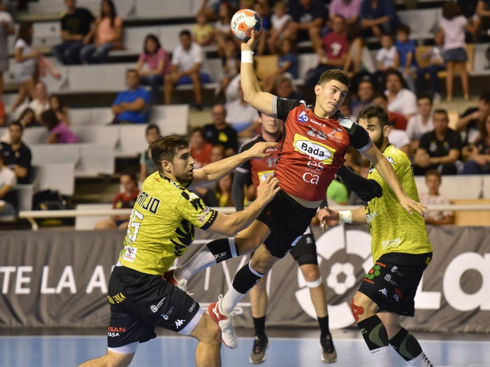 El Bada perdió ante el Ademar León en su estreno en el Palacio (24-27).