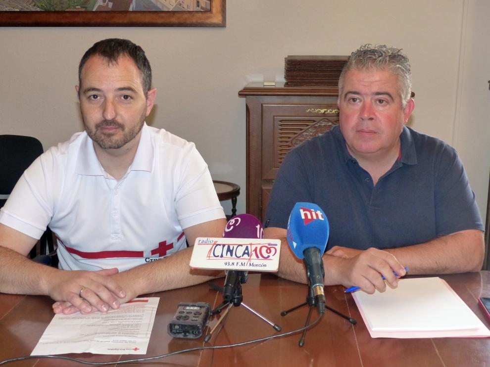 El presidente de la asamblea local de Cruz Roja, Tomás Sancho, y el concejal de Festejos de Monzón, Javier Vilarrubí.