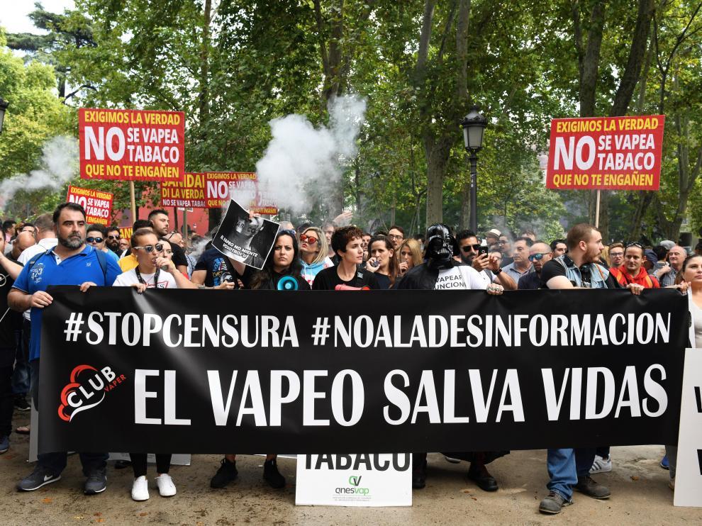 Más de un centenar de vapeadores se han concentrado este lunes ante el Ministerio de Sanidad para pedir la dimisión de la ministra María Luisa Carcedo