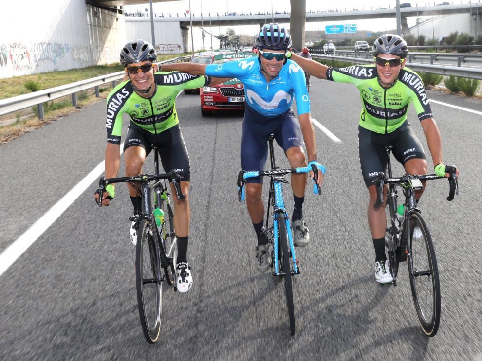 Sergio Samitier, Jorge Arcas y Fernando Barceló, sonrientes en la última etapa de la Vuelta.