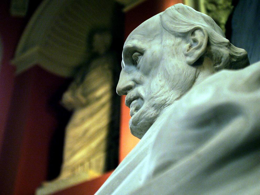 Detalle de la estatua de Cajal que preside el Edificio Paraninfo de Zaragoza