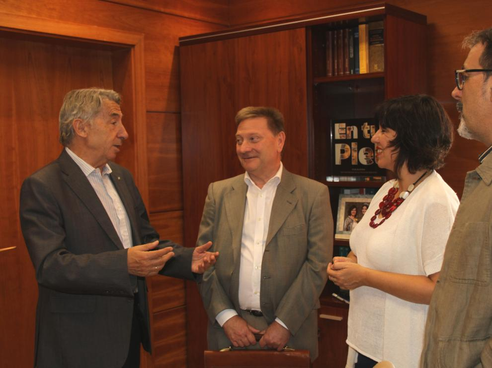 Responsables de Apymez y del Ayuntamiento de La Almunia antes de la firma del convenio.