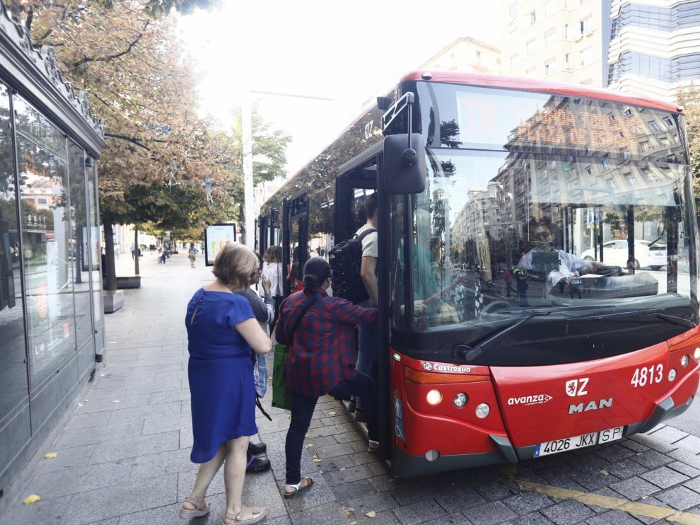 La avería en la catenaria del tranvía ha provocado que decenas de personas se acumularan en las paradas, a la espera de los autobuses de refuerzo.