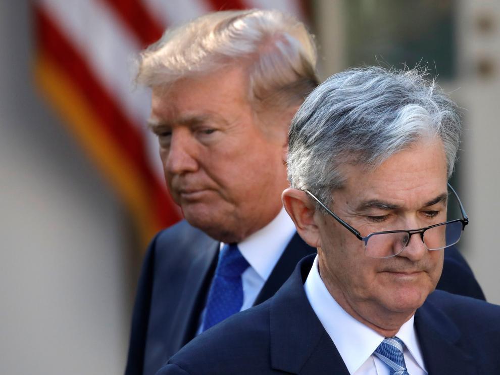 Donald Trump mira a Jerome Powell, jefe de la Reserva Federal de Estados Unidos