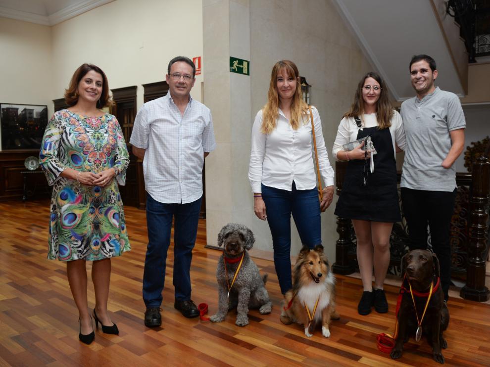 Medallistas del Club Ability Tucan de Teruel, con la alcaldesa, Emma Buj.
