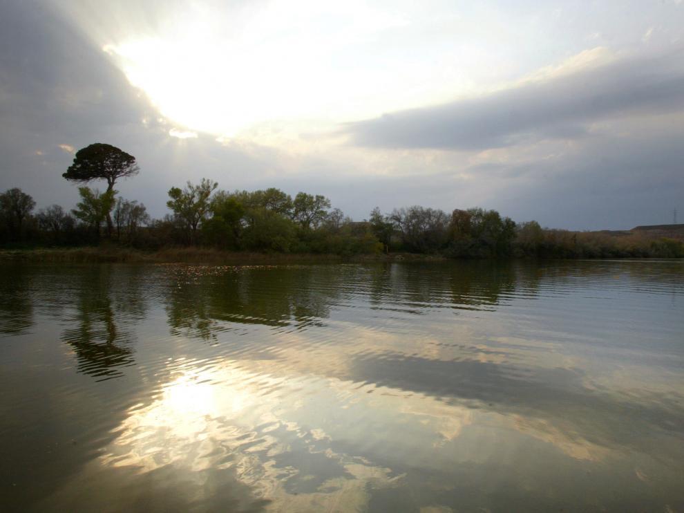 El Ebro, a su paso por la localidad zaragozana de Cinco Olivas. En situación de caudales medios, una gota de agua tarda unos cinco días y medio en llegar de Fontibre a Zaragoza y unos nueve días en llegar al mar en Amposta.