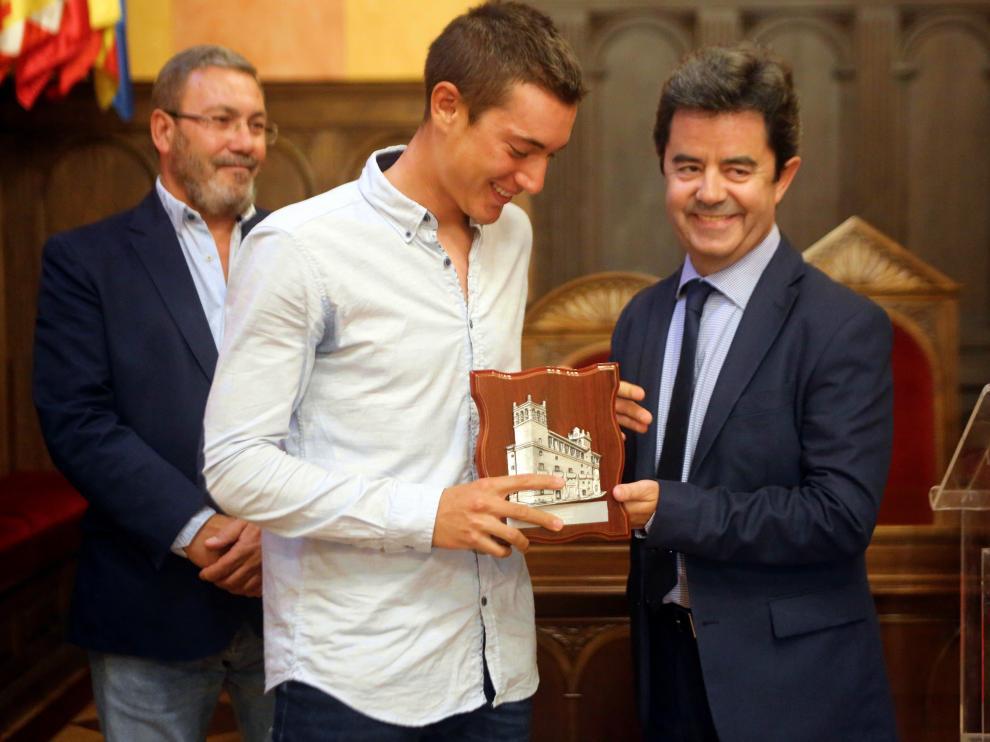 El ciclista Fernando Barceló y el alcalde de Huesca Luis Felipe.