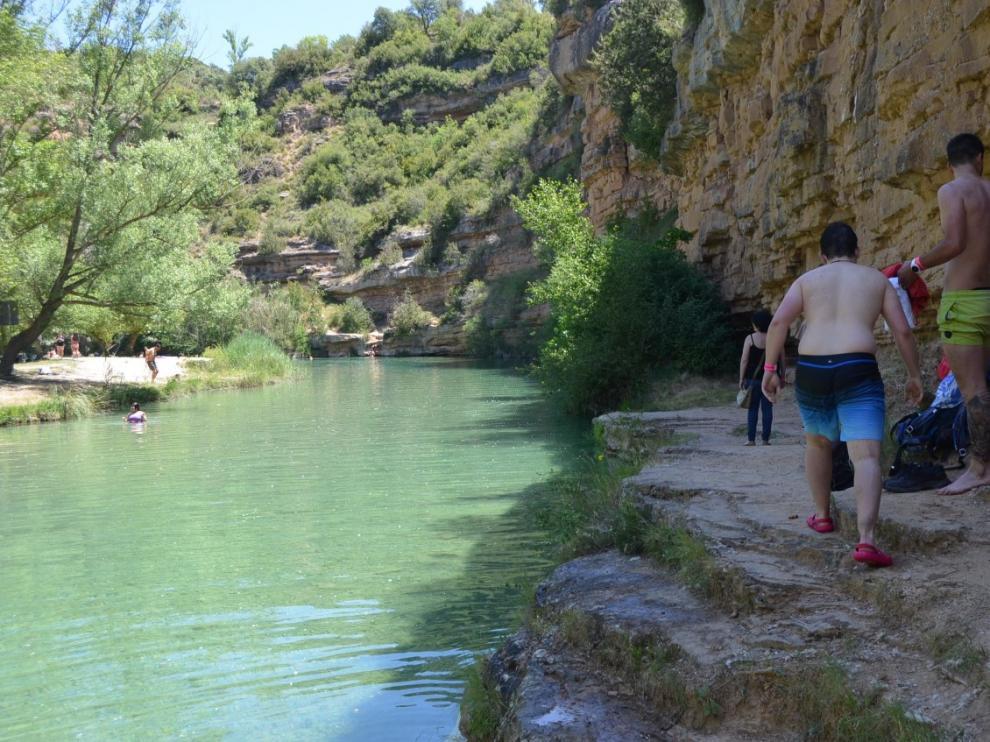 Imagen tomada este verano de bañistas en el Salto de Bierge.