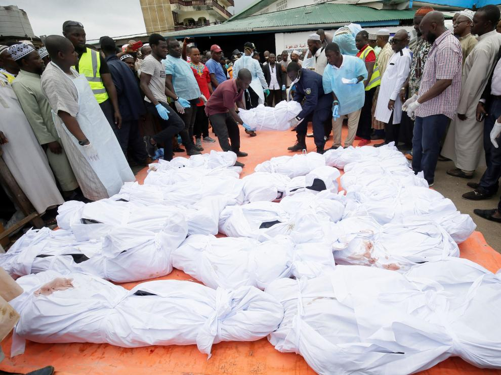 Monrovia (Liberia), 18/09/2019.- People carry a body of the fire victim before a funeral ceremony at the 17th street Islamic Mosque, in Monrovia, Liberia, 18 September 2019. According to reports, 27 children died in a fire incident at a Islamic boarding school in a suburb of Paynesville, outside Monrovia. Police spokesman Moses Carter said the cause of the fire has not yet been established. (Incendio) EFE/EPA/AHMED JALLANZO Children killed in fire incident at a boarding school in Monrovia