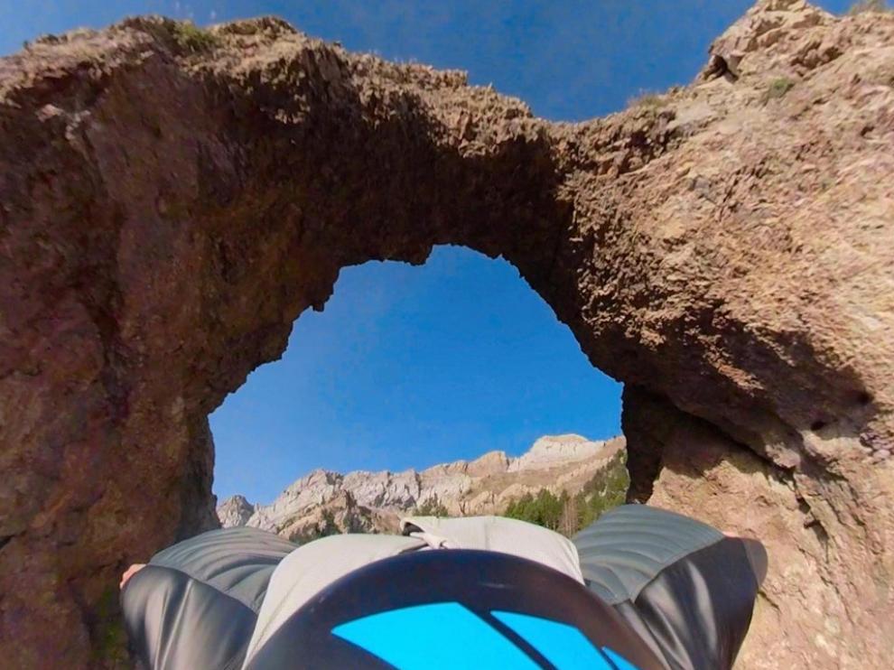 Momento en el que Álex Villar atraviesa el arco natural de piedra de Piedrafita de Jaca.