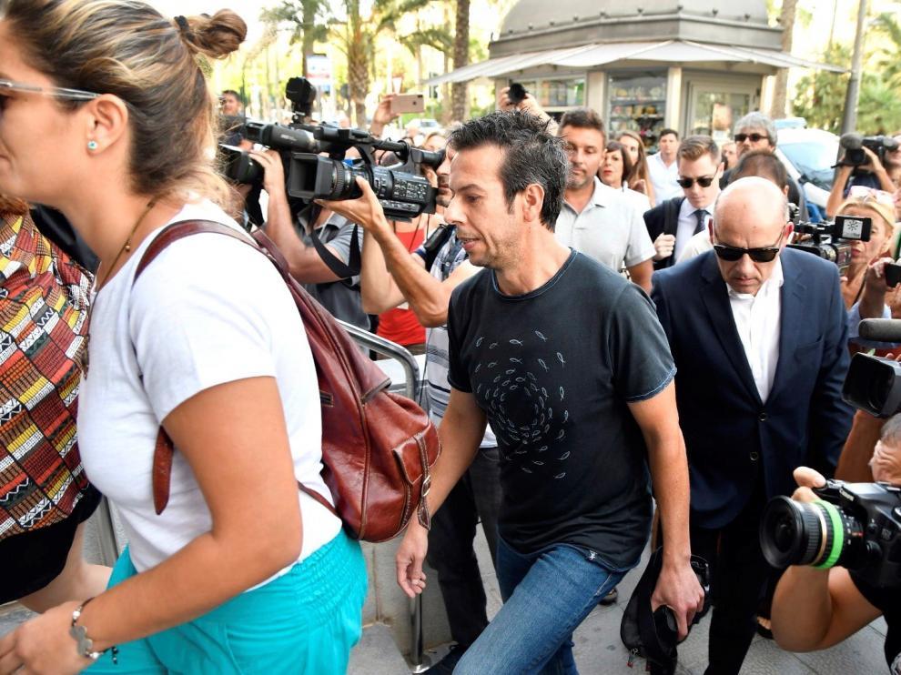 Ángel Cruz, el padre del pequeño Gabriel, entra junto a familiares y amigos a la Audiencia Provincial de Almería.