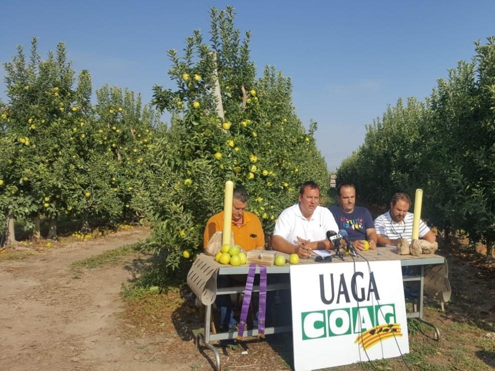Los responsables de UAGA explica a pie de campo el calendario de movilizaciones en defensa del sector frutícola.