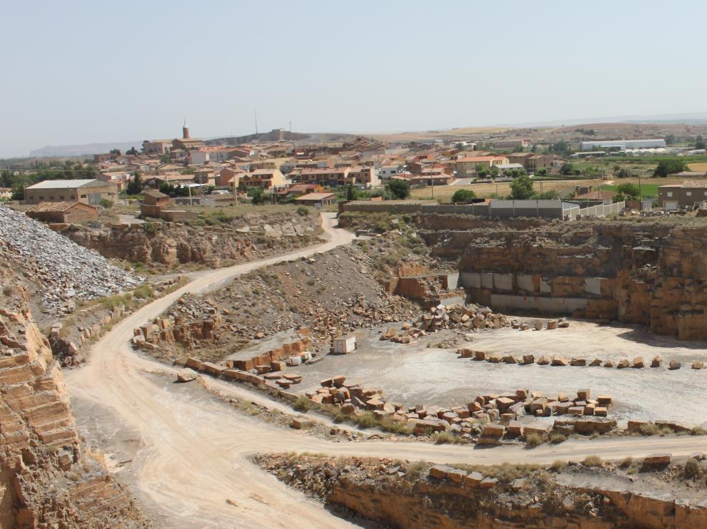 Imagen de la cantera de piedra de Calatorao, con el pueblo al fondo.