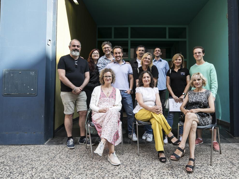 La directora del Teatro de la Estación, Cristina Yáñez, en primer término, con personal de su equipo y repsonsables de varias de sus actividades