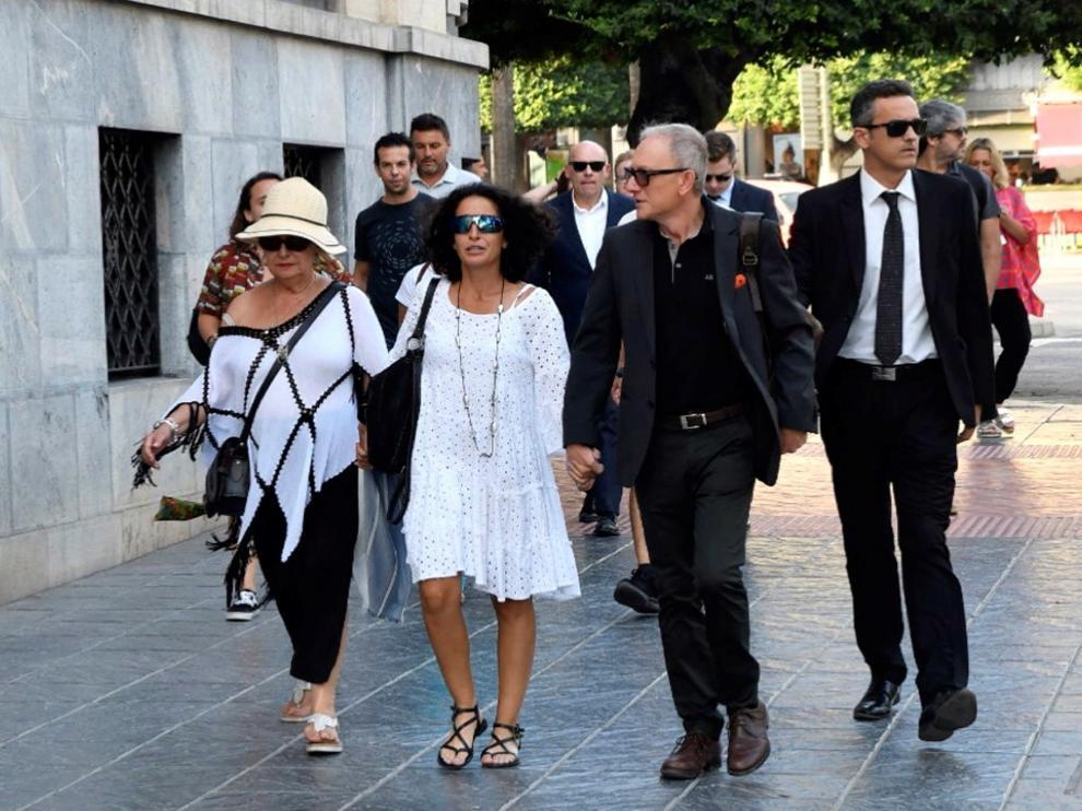 Los padres de Gabriel, acompañados de su abogado, a su llegada a la Audiencia Provincial de Almería.